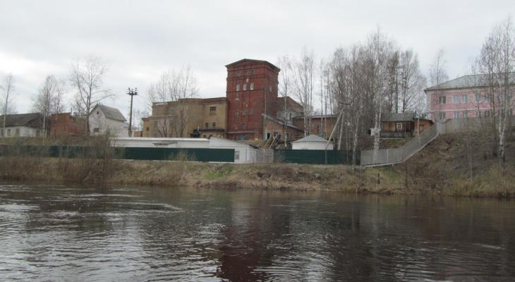 Из - за утечки нефти прекращен водозабор из реки Ухта
