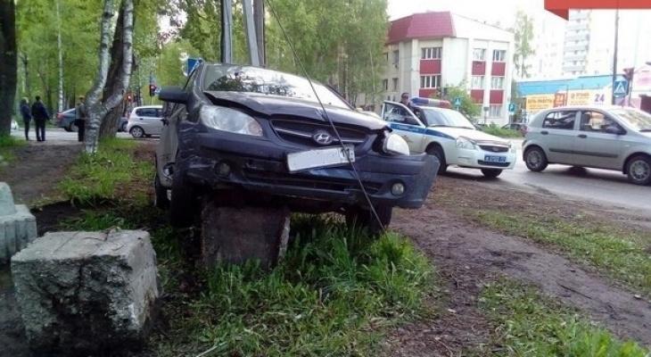 В Сыктывкаре иномарка влетела в бетонный столб