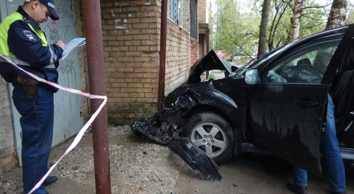 """В Ухте водитель автомобиля """"припарковался"""" в дом (фото)"""