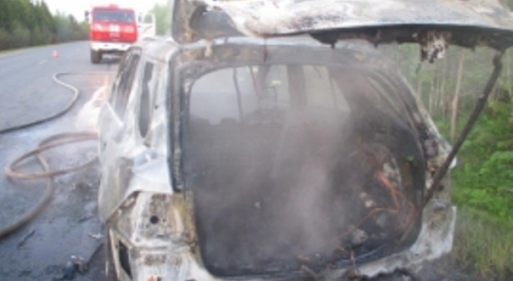 В Прилузском районе ночью подожгли Mercedes