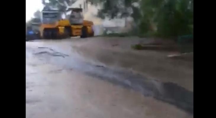 Ухтинец снял видео, как в Чибью течет мазутный ручей с города