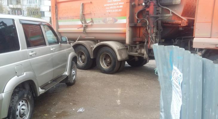 """Регоператор """"Ухтажилфонд"""" в Коми хочет запретить парковку у контейнеров"""