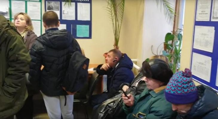 Автолюбители Ухты занимают очередь за медицинскими документами