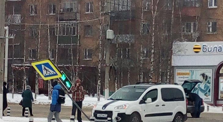 Иномарка снесла дорожный знак в центре города