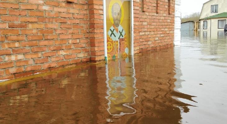 В Ухте затопило старейший храм: батюшка просит прихожан о помощи