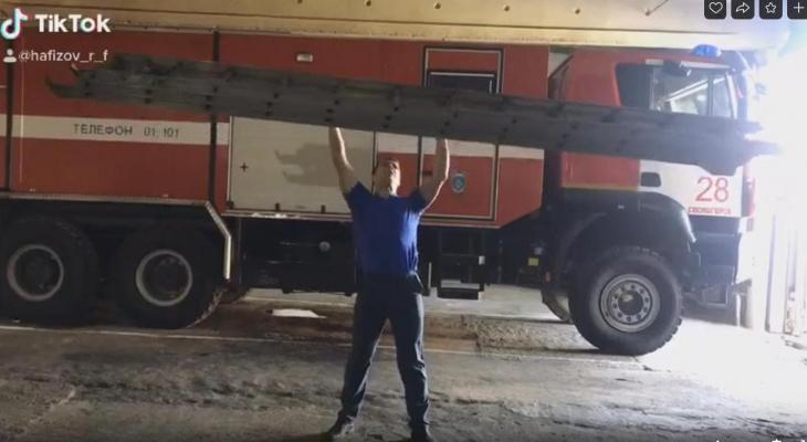 Огнеборцы из Ухты и Сосногорска показали жим пожарной лестницы