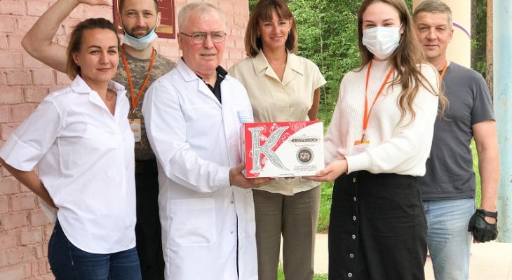 Медикам из Ухты и Усинска подарили почти тонну сладостей