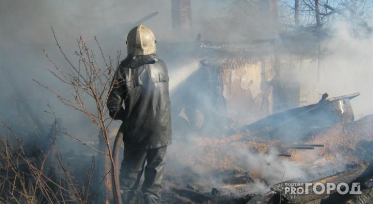 Пять человек тушили ночной пожар под Ухтой