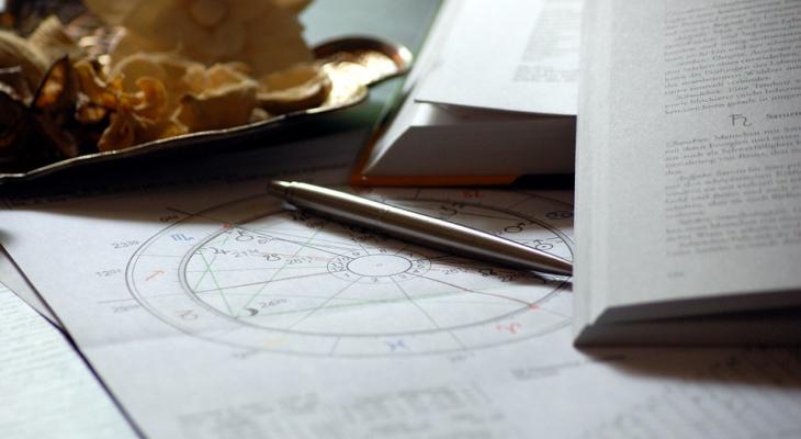 Ракам стоит сдерживать эмоции, а Рыбам - беречь силы: гороскоп на 15 сентября для всех знаков