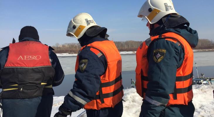В Коми дети игрались на реке с тонким льдом, на место выехали спасатели