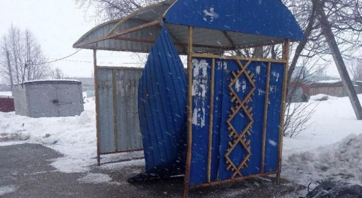 """""""Не было никакой возможности укрыться от непогоды: в одном из ухтинских поселков остановка пришла в негодность"""
