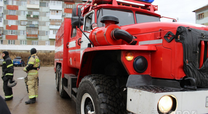 В Ухте пожарные около трех часов боролись с огнем в нежилом доме