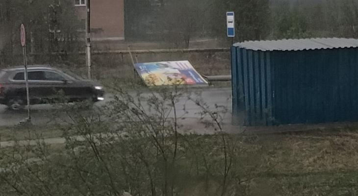 """""""Разбитые машины и сорванные крыши"""": в Ухте ураган нанес серьезный ущерб жителям"""